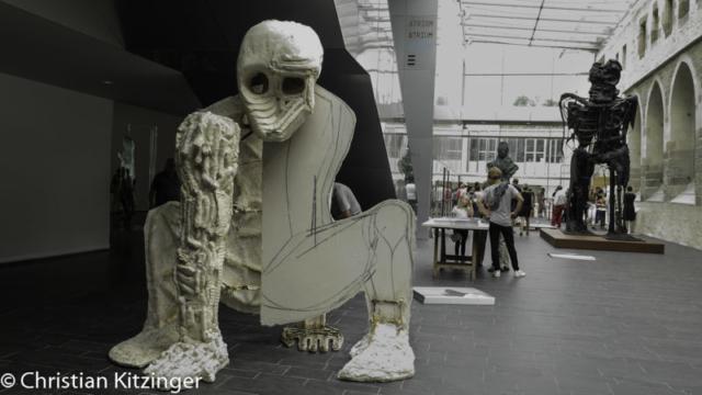 Thomas Houseago - Baby, 2009-10 (à gauche)- Striding Figure II (Ghost), 2012