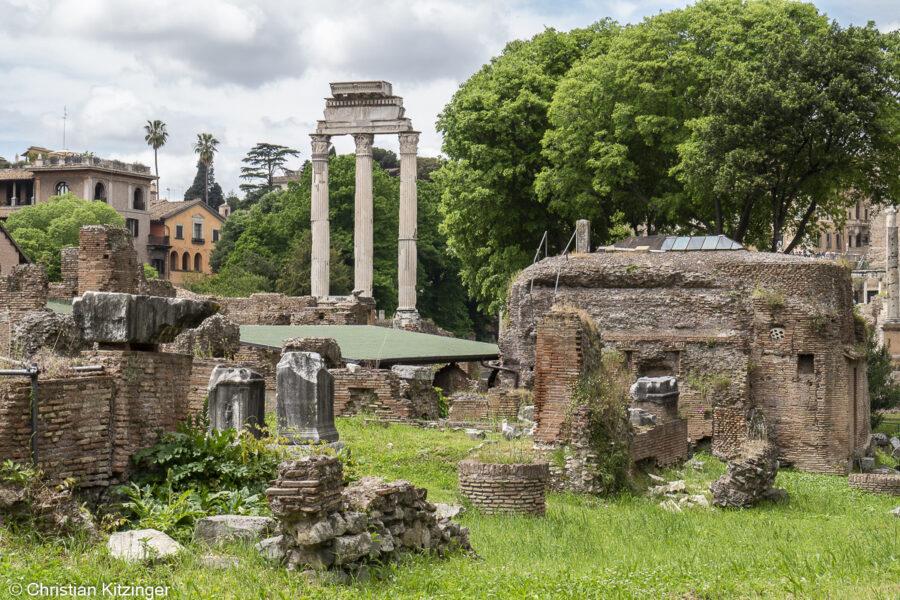 De la via Sacra vue sur les colonnes du Temple des Dioscures