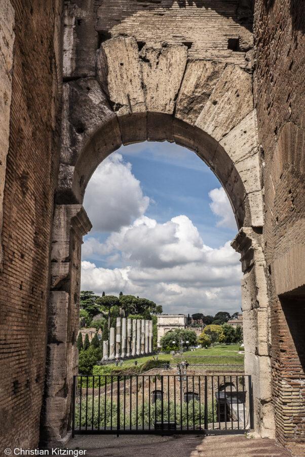 Les colonnes du temple de Vénus et Rome et l'arc de Titus vus depuis le Colisée